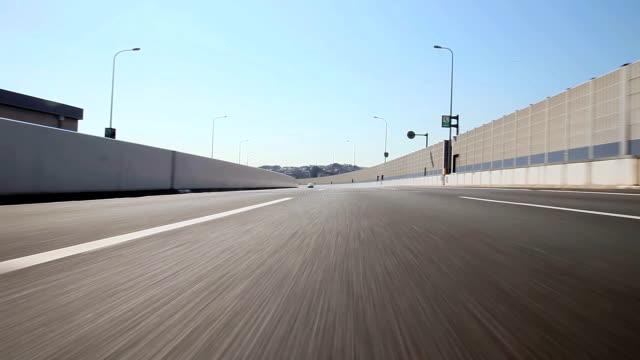 Fahren Sie auf der Autobahn, Ansicht von hinten
