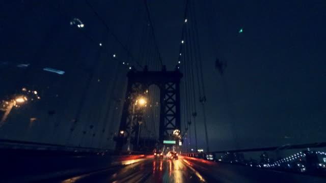 Fahren auf die Manhattan Bridge bei starkem Regen in der Nacht.