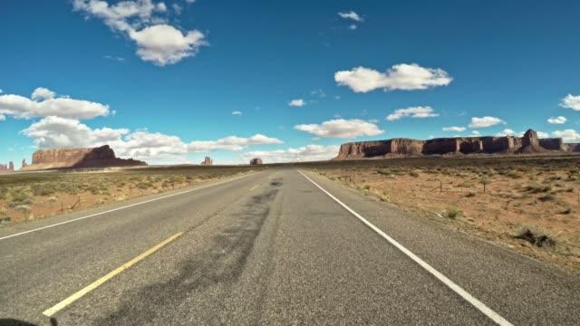 fahrt auf dem denkmal tal nationalpark - monument valley stock-videos und b-roll-filmmaterial