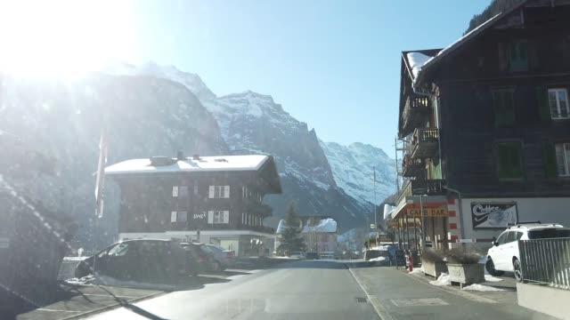 auf der schweizer landseite unterwegs - ländliche straße stock-videos und b-roll-filmmaterial