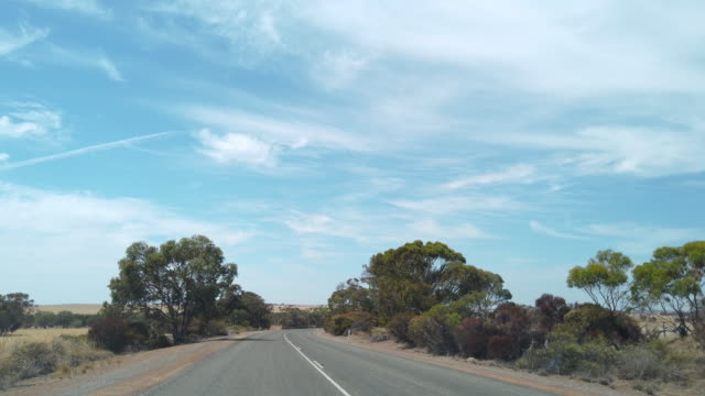 vídeos de stock e filmes b-roll de driving on the road through the western australian outback. - eternidade
