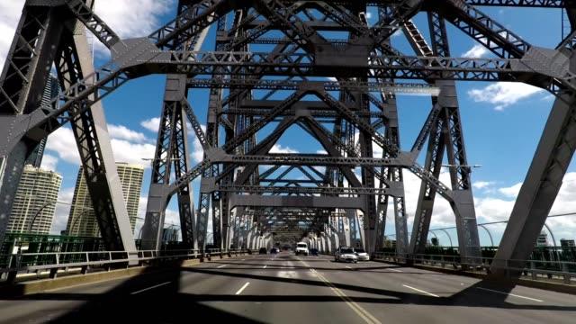 driving on the story bridge over the brisbane river, queensland, australia - tragender balken stock-videos und b-roll-filmmaterial