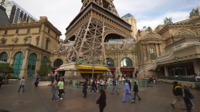 vídeos y material grabado en eventos de stock de driving pov on the strip featuring eiffel tower at paris, las vegas - paris las vegas