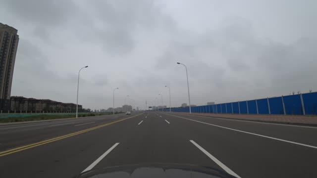 vídeos y material grabado en eventos de stock de driving on the vacant suburb road under overcast sky - terrenos a construir