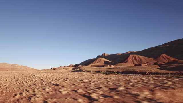 auf dem weg zum tiefen marokko wüste fahren - saudi arabien stock-videos und b-roll-filmmaterial