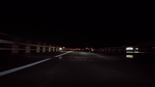 vídeos de stock, filmes e b-roll de dirigindo na ponte-túnel aqua-line na baía de tóquio à noite - 4 k - plusphoto