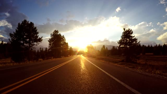 stockvideo's en b-roll-footage met rijden op wyoming het grand teton national park - schemering