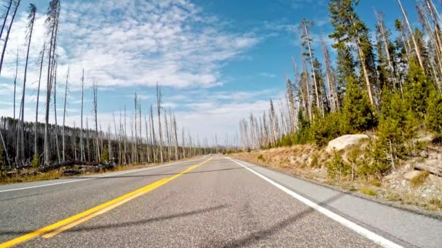 fahren auf dem flügelriss des großen teton nationalparks - grand teton stock-videos und b-roll-filmmaterial