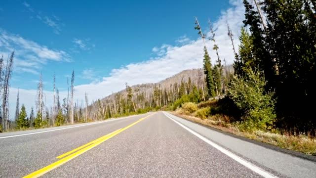 fahren auf dem flügelriss des großen teton nationalparks - montana stock-videos und b-roll-filmmaterial