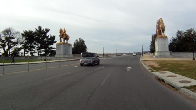 driving over a bridge near the washington monument on an overcast day. - rappresentazione di animale video stock e b–roll