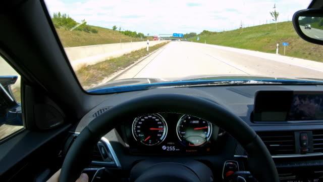 vidéos et rushes de conduire au-dessus de la limite de vitesse. point de vue des conducteurs - essai de voiture