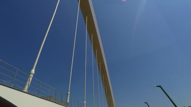 vídeos de stock e filmes b-roll de driving over suspension bridge, car travel, road trip in italy - ponte suspensa