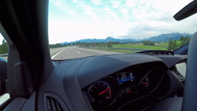 über die zulässige höchstgeschwindigkeit fahren - automobilindustrie stock-videos und b-roll-filmmaterial