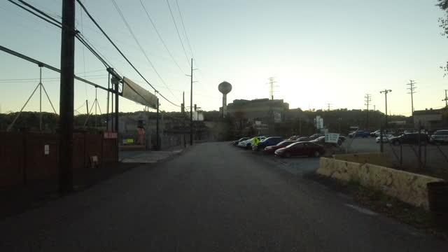 vidéos et rushes de driving past a steel plant in pittsburgh amid the 2020 global coronavirus pandemic. - panneau d'entrée