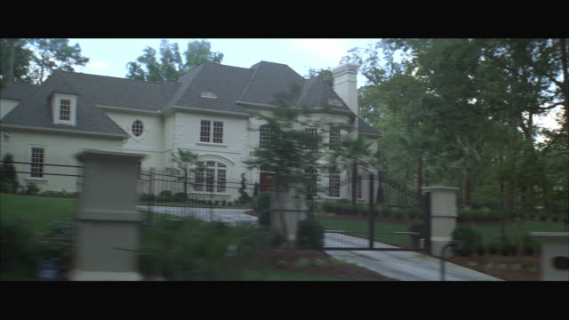 vídeos de stock e filmes b-roll de pov ms driving past mansions in residential neighborhood / atlanta, georgia, usa - mansão imponente