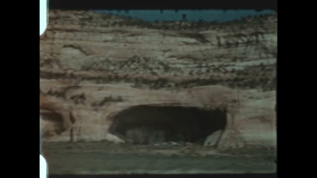 driving past the mesa verde national park in colorado - mesa verde nationalpark stock-videos und b-roll-filmmaterial
