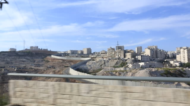 vídeos de stock e filmes b-roll de driving past the wall, israel and palestine - divisa