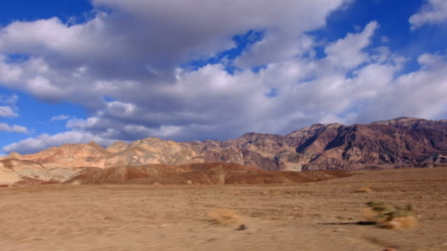 vidéos et rushes de driving point of view of a wide angle desert scene in death valley, california - dépression terrestre