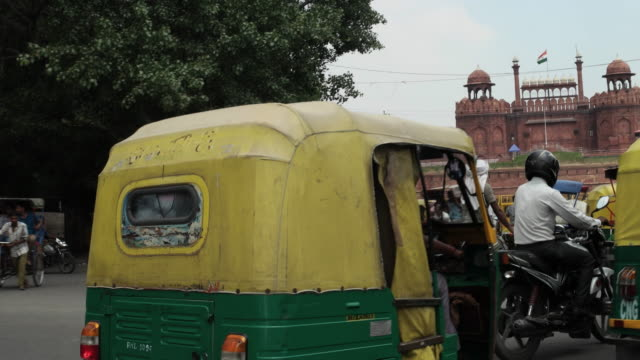 A driving pov of the Red Fort from a busy interesection in Old Delhi