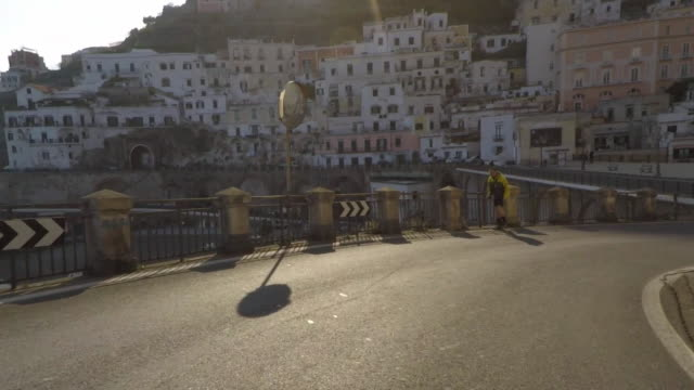 driving pov on the amalfi coast road. - kurvenreiche straße stock-videos und b-roll-filmmaterial