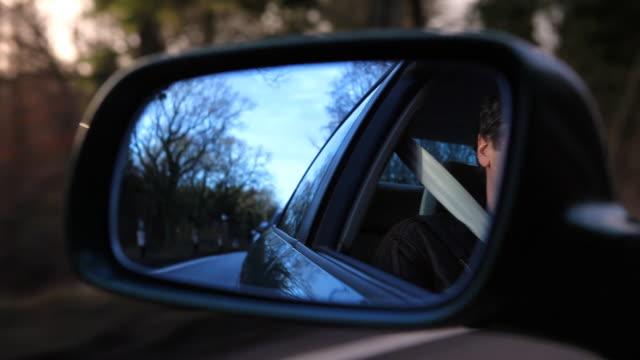 vídeos y material grabado en eventos de stock de conducción refleja en el espejo lateral de alta definición - retrovisor exterior