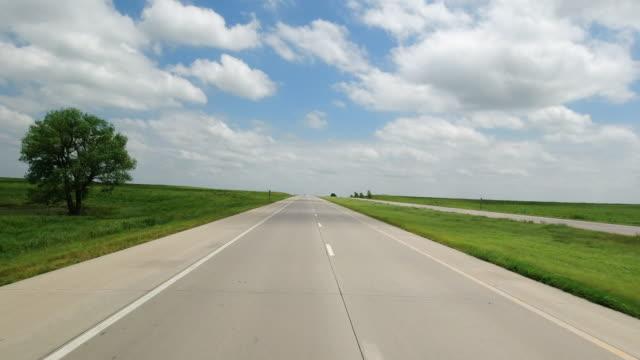 vídeos y material grabado en eventos de stock de driving shot of clouds, tree and highway - un solo objeto