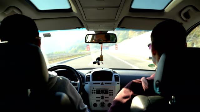 vídeos y material grabado en eventos de stock de conducir la carretera - asiento de atrás