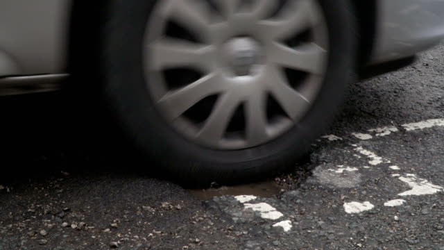vídeos y material grabado en eventos de stock de k 4: atravesando un bache en una carretera dañada / carretera - desigual con textura