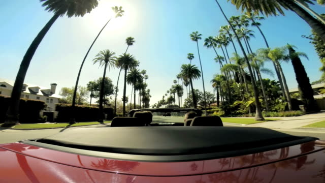 ws pov guidano attraverso quartiere di beverly hills - auto convertibile video stock e b–roll