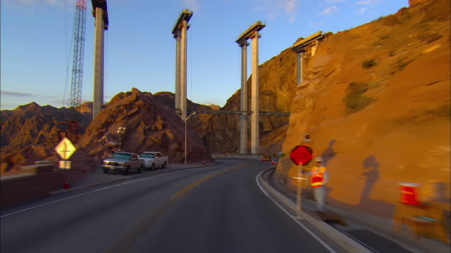 vídeos y material grabado en eventos de stock de pov, driving through construction zone at hoover dam near boulder city, nevada, usa - condado de clark nevada
