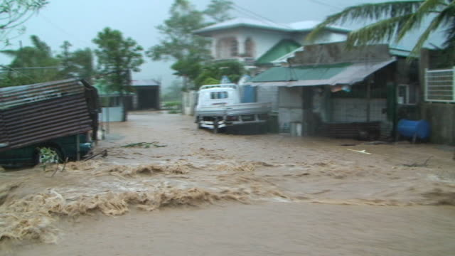 vídeos y material grabado en eventos de stock de pov driving through extreme flood flowing through village and almost getting swept away, philippines, typhoon parma, 2009 - villa asentamiento humano