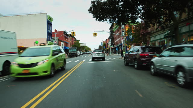 vidéos et rushes de driving through fort greene, brooklyn - parking