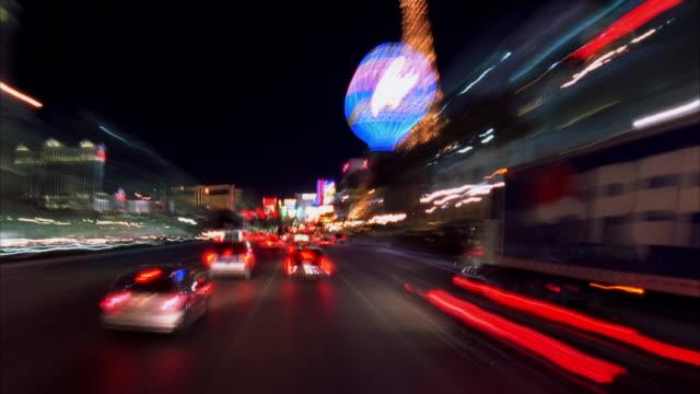 vídeos y material grabado en eventos de stock de t/l, pov driving through las vegas strip at night, las vegas, nevada, usa  - réplica de la torre eiffel paris las vegas