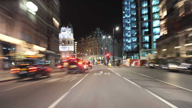 t/l pov driving through london at night / greater london, uk - kensington und chelsea stock-videos und b-roll-filmmaterial