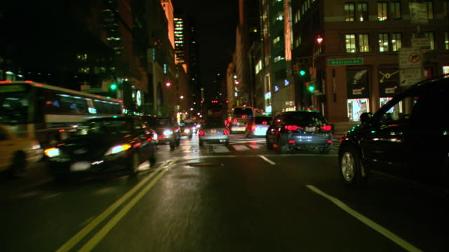 vídeos de stock, filmes e b-roll de ts / front view / driving through manhattan at night / new york city / ny ny - ponto de vista de carro
