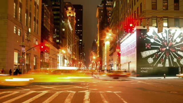 vídeos y material grabado en eventos de stock de tl pov driving through manhattan at night/ new york city - luz verde semáforo