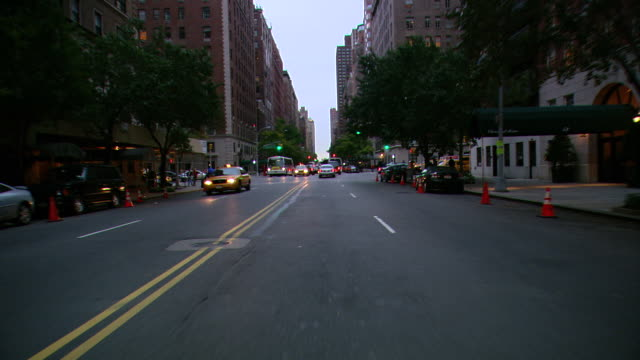ts / front view / driving through manhattan / new york city, new york, united states - bロール点の映像素材/bロール