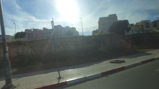 fahrt durch marokko in der weihnachtszeit - stadtansicht aus autofenster - pjphoto69 stock-videos und b-roll-filmmaterial