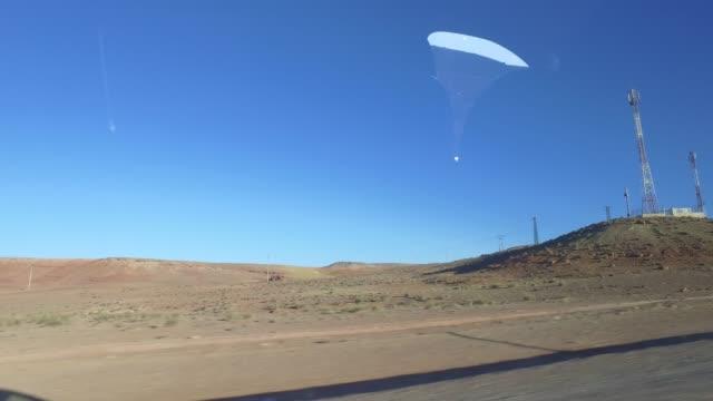 in der weihnachtszeit durch marokkos berge fahren - panorama-ansicht vom autofenster - pjphoto69 stock-videos und b-roll-filmmaterial