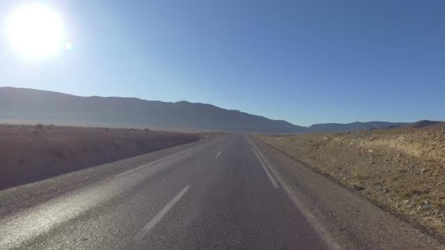 in der weihnachtszeit durch marokkos berge fahren - panorama-ansicht vom auto aus - pjphoto69 stock-videos und b-roll-filmmaterial