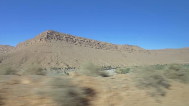 fahrt durch marokkos berge - panorama-sicht vom auto aus wie mit einer drohne - pjphoto69 stock-videos und b-roll-filmmaterial