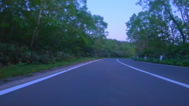 運転を通して山の道