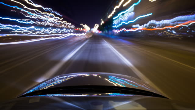vídeos de stock, filmes e b-roll de driving through new york city at night - time lapse - para brisa