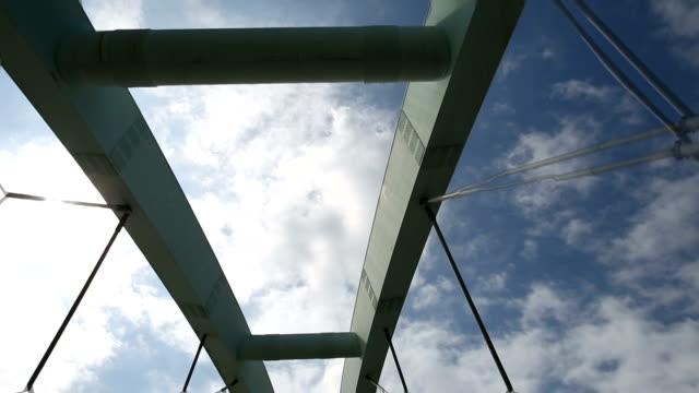 vidéos et rushes de traverser le pont en voiture - en l'air