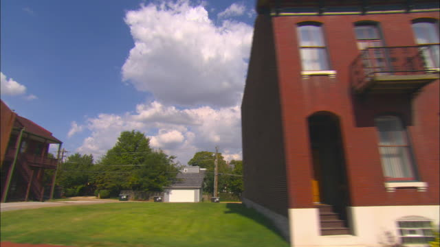 side pov, driving through residential district, st. louis, missouri, usa - ミズーリ州 セントルイス点の映像素材/bロール