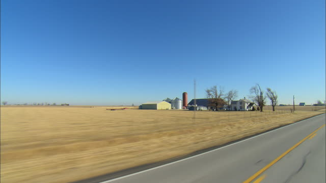 vídeos de stock e filmes b-roll de pov driving through rural landscape in early morning, columbus, kansas, usa  - kansas