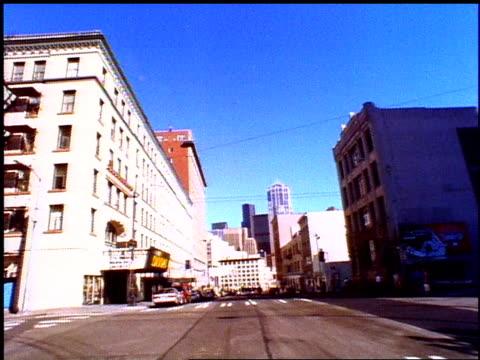 vídeos y material grabado en eventos de stock de pov of driving through seattle streets - polarizador