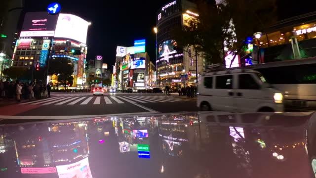 東京の渋谷交差点をドライブ - 行く手点の映像素材/bロール