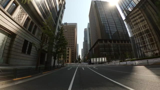 driving through skyscrapers in the city. stop at a stoplight. looking up view of skyscrapers. - plusphoto stock videos & royalty-free footage