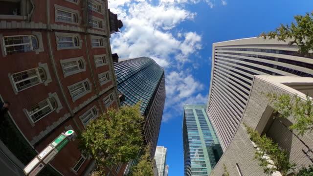 guidare attraverso i grattacieli della città - skyscraper video stock e b–roll
